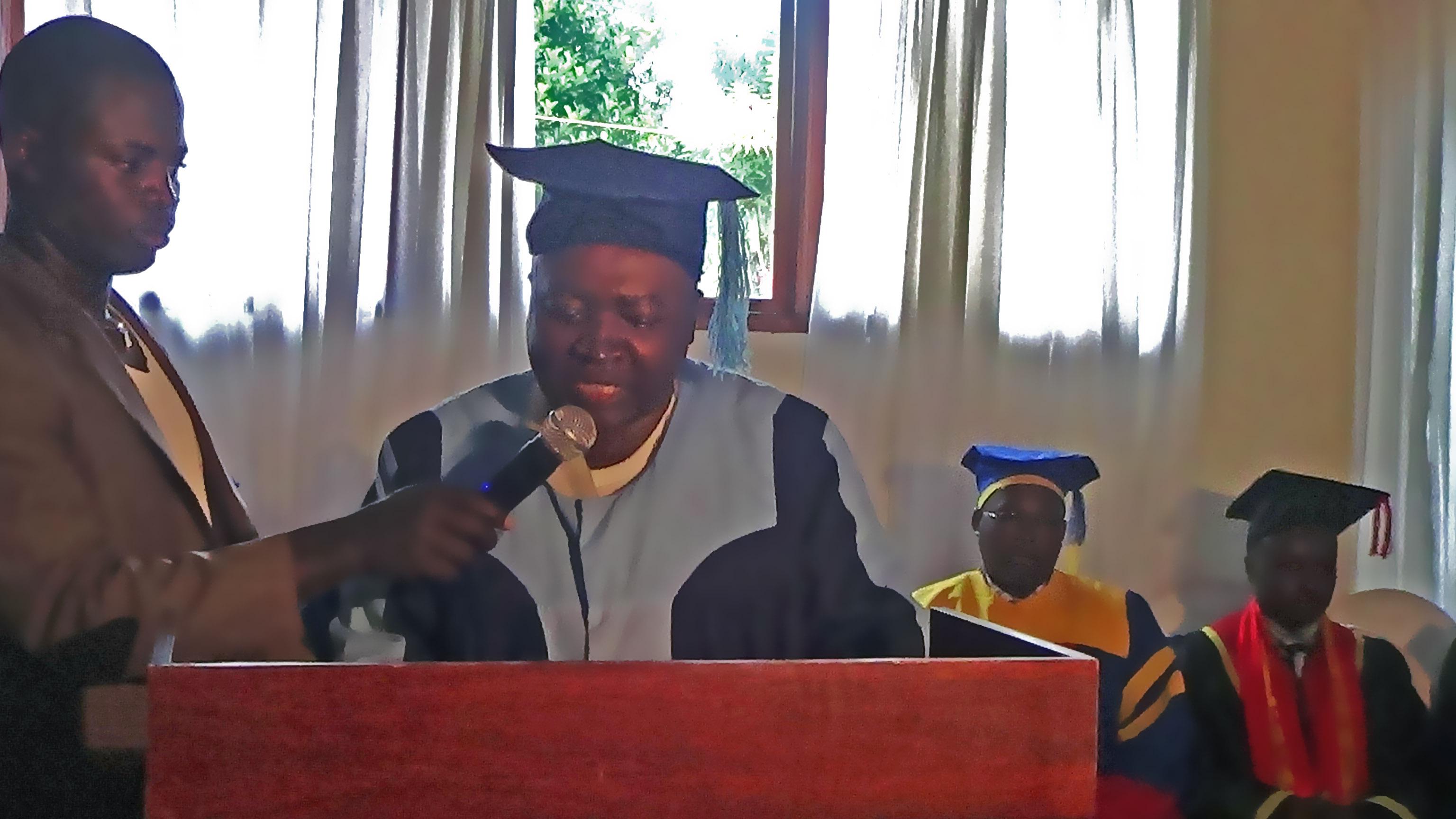 Prononce son discours pendant la ceremonie de collation collectives des grades 2012 - 2013
